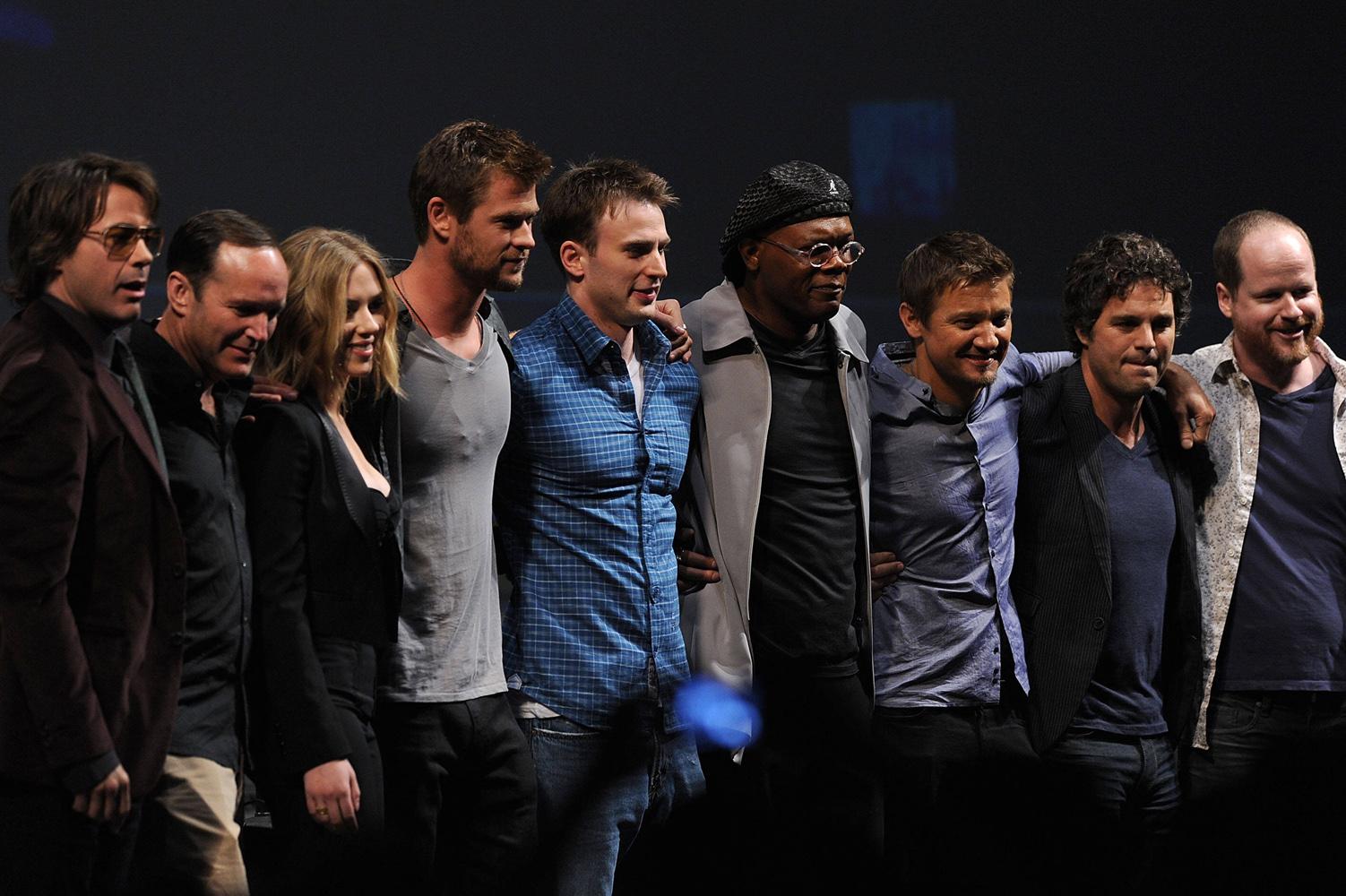 http://4.bp.blogspot.com/-XgeAZxNiBfo/Tb_Dyj4g9NI/AAAAAAAADQQ/hQM8WI6BzeE/s1600/AvengersCast_Cinemacon.jpg