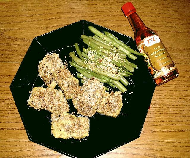 kotlety sojowe z fasolką szparagową i sosem sezamowym