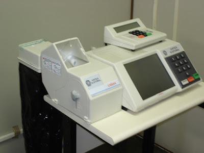 Urna com voto eletrônico impresso