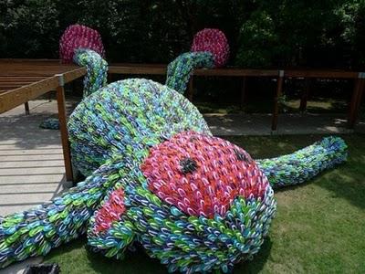 bintancenter.blogspot.com - Monyet Raksasa Terbuat Dari 10.000 Sandal Jepit