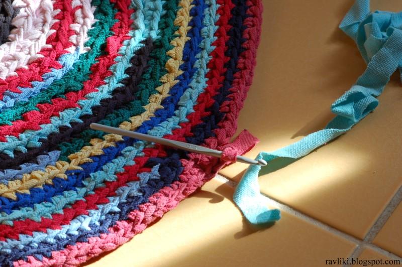 Вязание круглого коврика из старых вещей крючком 45