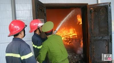 Lực lượng PCCC và Công an tỉnh tích cực dập lửa (ảnh: Quảng Bình online).