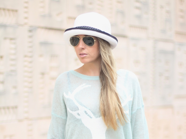 Blogger with hat and aviator sunglasses