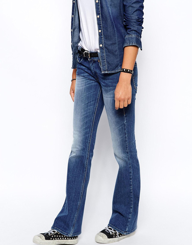 How to wear flare jeans: with high heels visualy elongate your figure