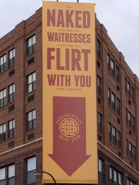 Pub irlandés con una publicidad pintada en la fachada