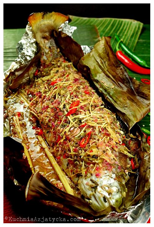 Pieczony łosoś z trawą cytrynową i czerwoną cebulą © KuchniaAzjatycka.com