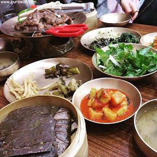 Comida coreana con arroz cocinado en hojas de loto