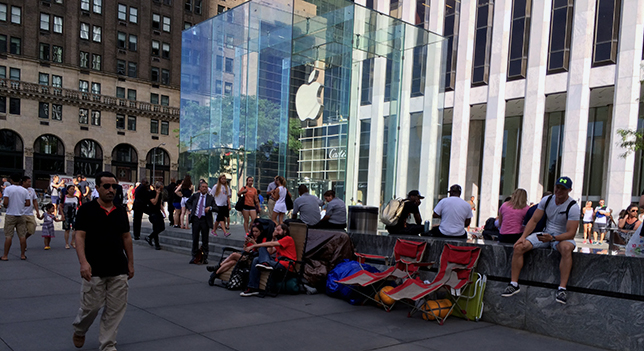 Apple fans are already waiting before the Apple Store in New York for the iPhone 6, a week before Apple unveils it!