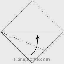 Bước 2: Gấp chéo cạnh tờ giấy lên trên.