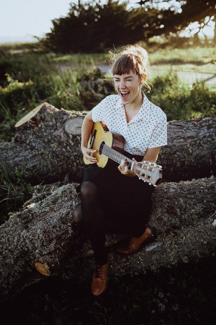 la chica de la guitarra