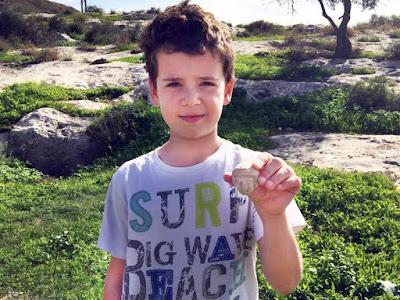 """Inspirado em """"Indiana Jones"""", menino israelense descobre artefato de 2500 anos"""