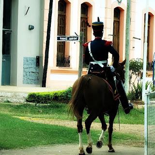 Guarda cavalgando em direção à Prefeitura de Yapeyú.