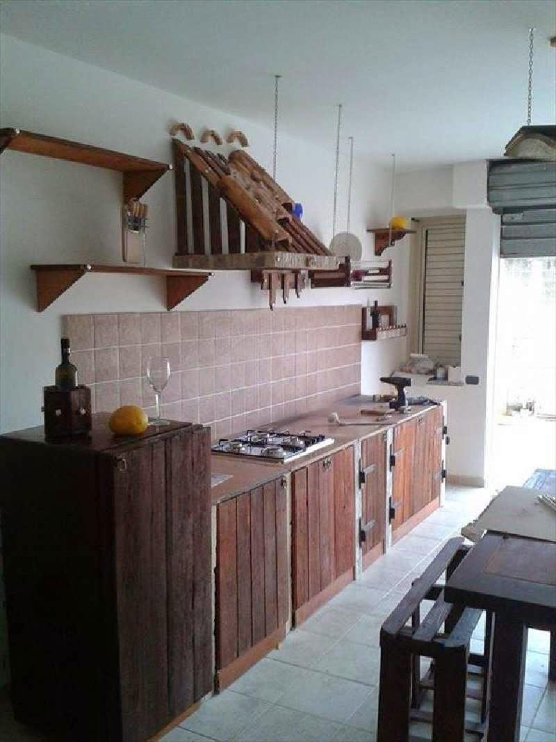 Otro ejemplo es esta cocina con una linea de dise o m s for Cocinas hechas con palets