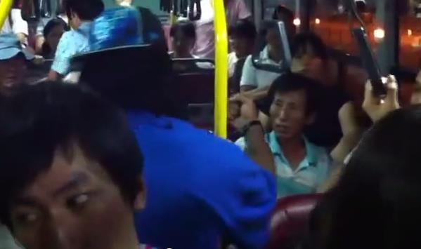 Negro peleando con coreano en un autobús de Seúl
