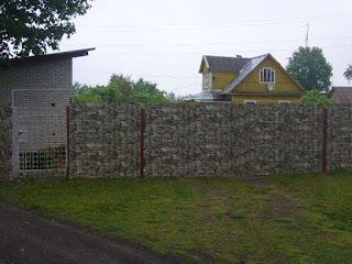 Забор из профлиста под дерево, камень. Фото 11