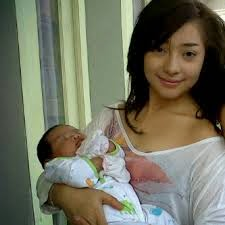 Foto-nikita-willy-gendong-bayi