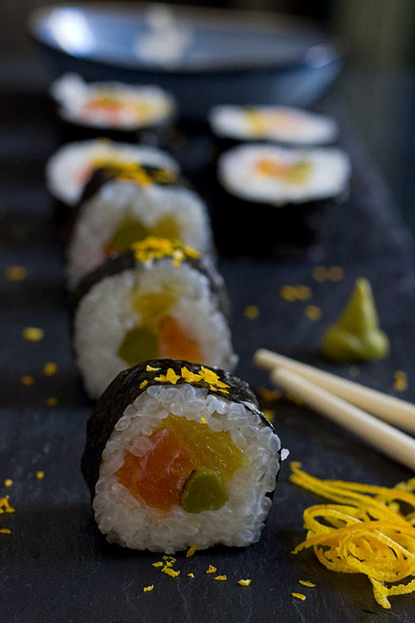 Haz tu propio sushi: makis de salmón ahumado y naranja