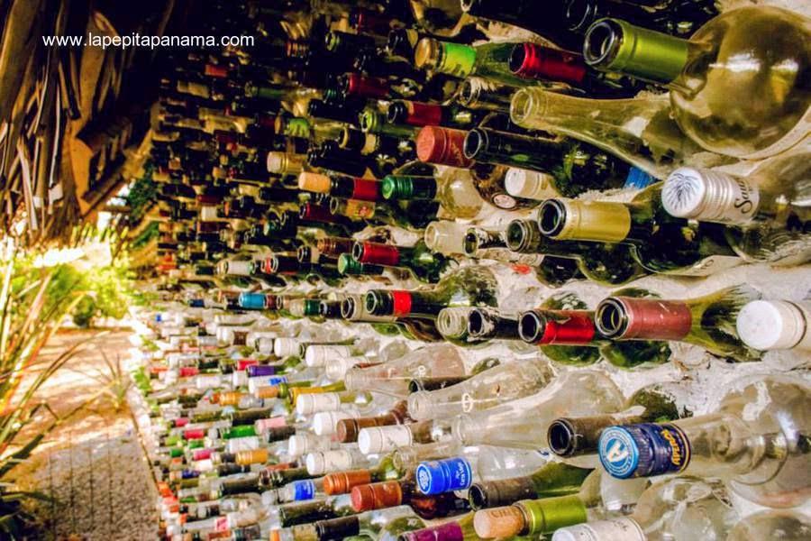 Detalle de un muro hecho con botellas de vidrio recicladas