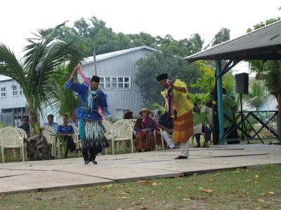 Popolazione locale delle Cocos danzano durante una celebrazione