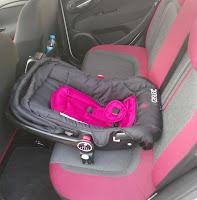 Anakucağı araba koltuğuna yerleştirilmiş