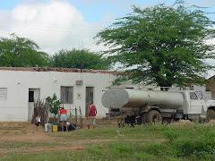 Água do carro-pipa para consumo