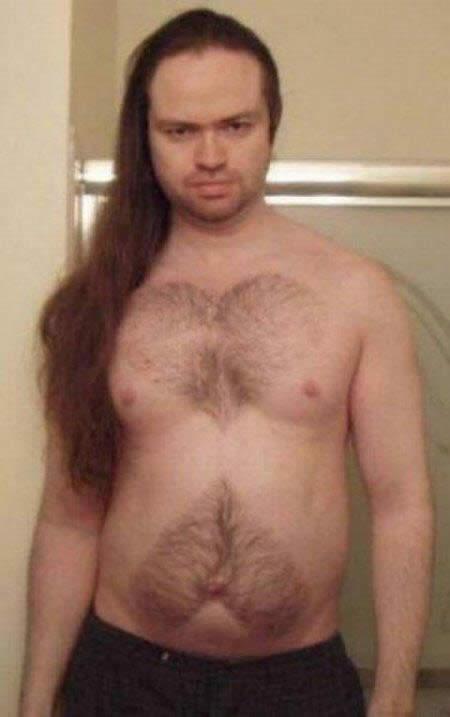 Depilaciones graciosas sobre los pechos peludos de hombres
