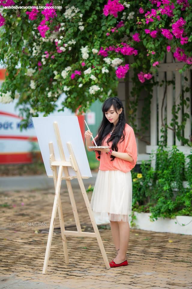 Ảnh Hotgir Hoài Thiên thử tài làm họa sĩ