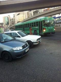 امرأة تتجوّل عارية بين المارة والسيارات في لبنان
