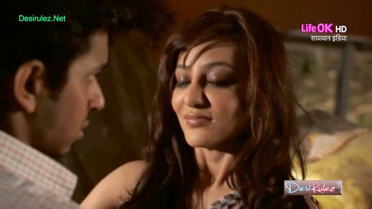 Vedita Pratap Singh Seducing Servant Showing Boobs Navel in Savdhaan ...