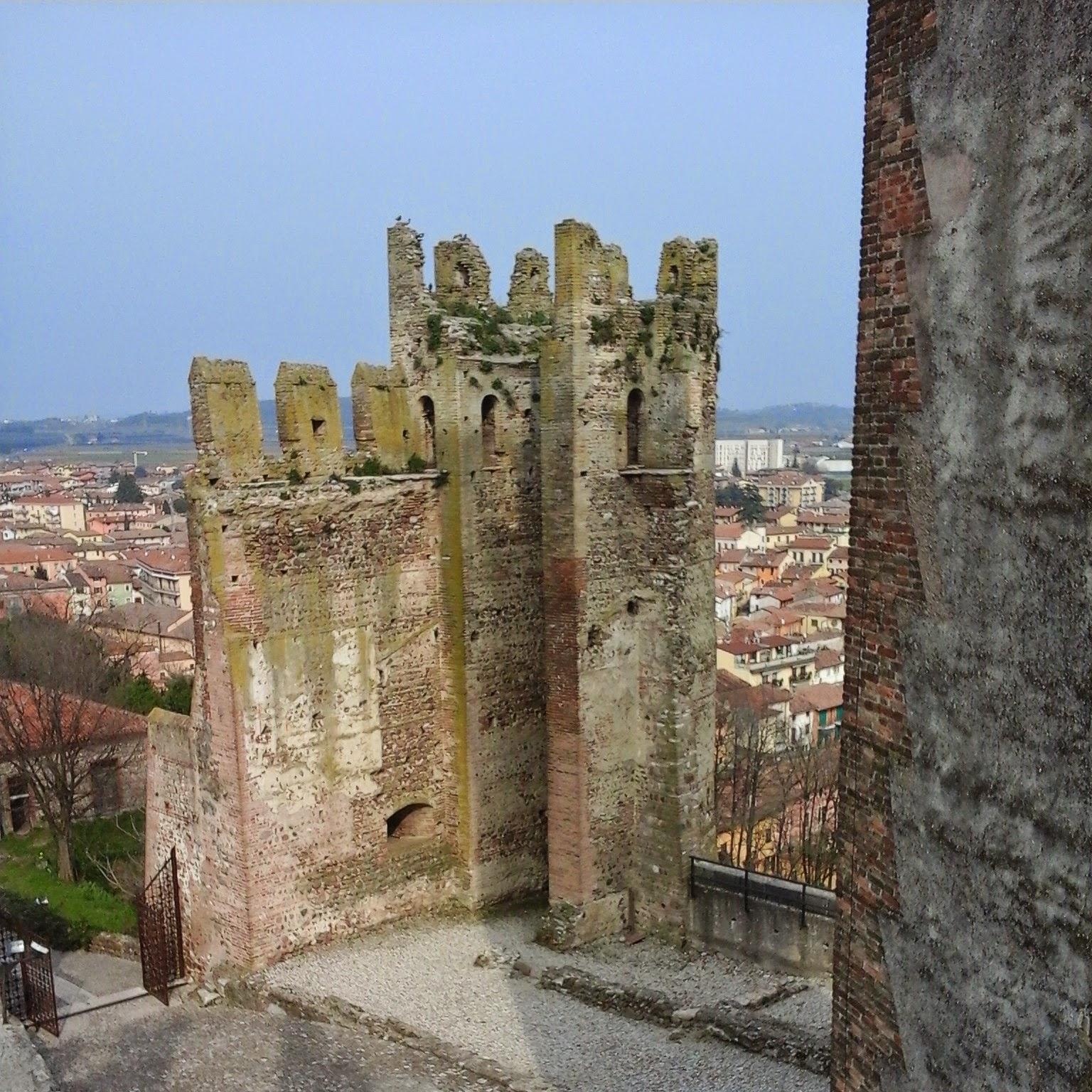 Valeggio sul Mincio, particolare di una delle torri di guardia del castello scaligero - Foto di Monica Gatti La gatita sotto le due torri blog