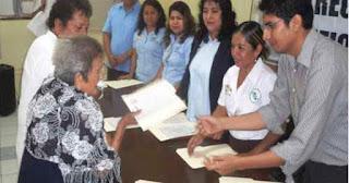 Manuela recibiendo su certificado de educación primaria.