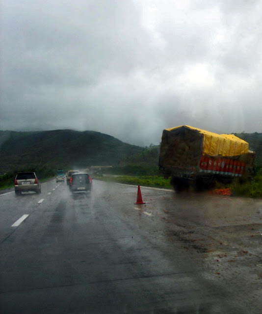 truck accident on the Mumbai Pune expressway