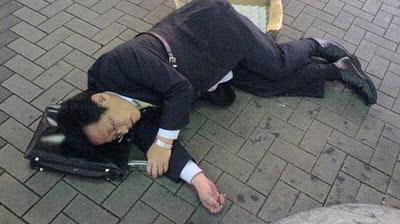 пьяный японец спит на земле