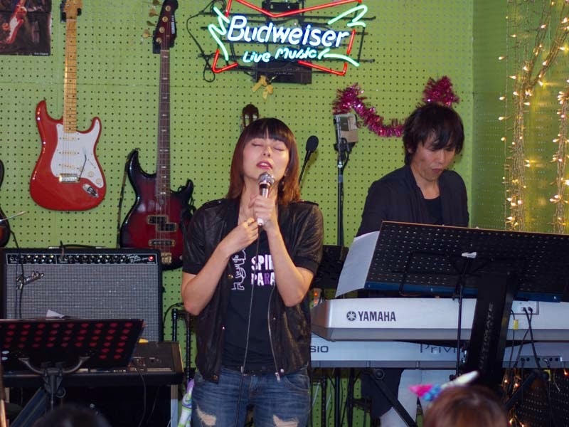 singer, keyboard, live band