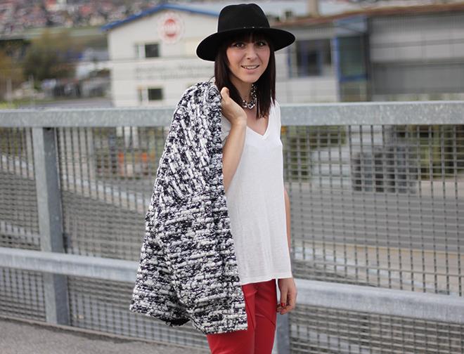 outfit-trend-fashionblogger-herbstoutfit-winteroutfit-rote-lederhose-pumps-schwarz-sarenza-buffalo-basic-shirt-cardigan-boucle-hmtrend