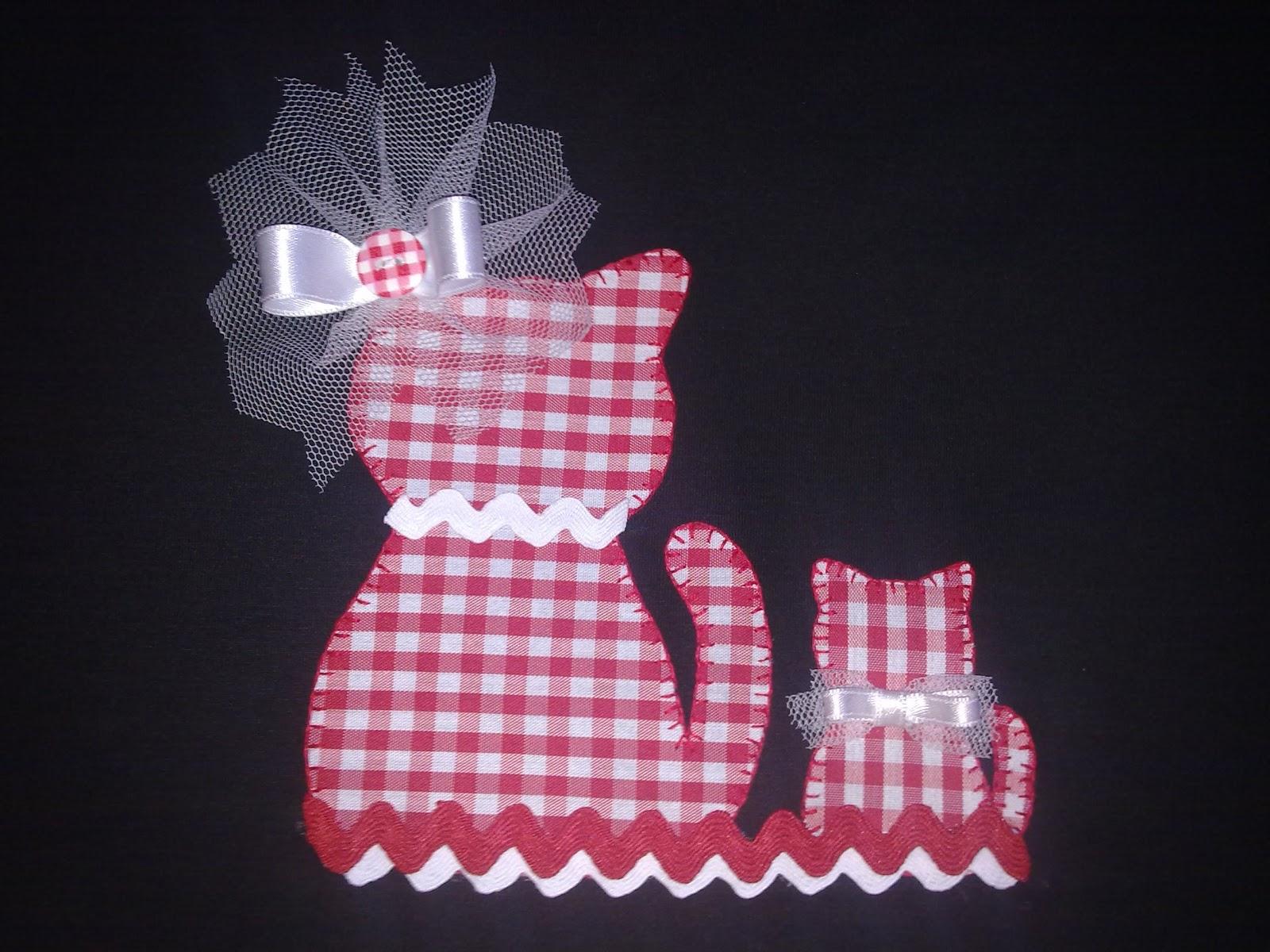 detalle de gatos hechos a mano con telas para camiseta de mujer o niña
