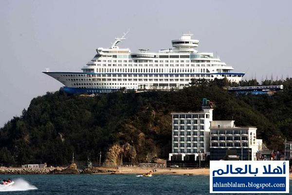 صور: فندق فخم على شكل سفينة معلقة فوق جبل في كوريا الجنوبية