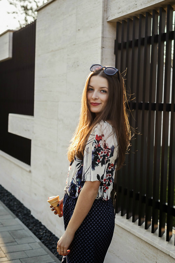 Emma, fashion blogger, wears a floral ensemble for summer