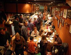 restaurante lleno de gente a la hora de la cena en fin de semana