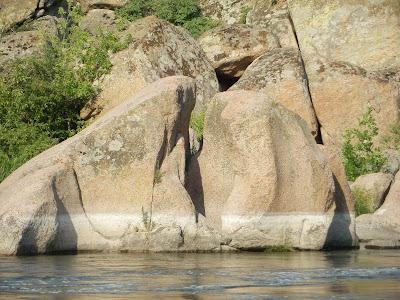 странные следы на гранитных скалах, похожие на обработку Асуанских каменоломнях