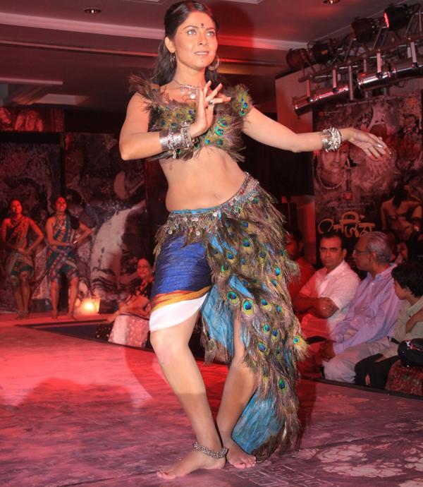 Nude images of sonali kulkarni cowgirl