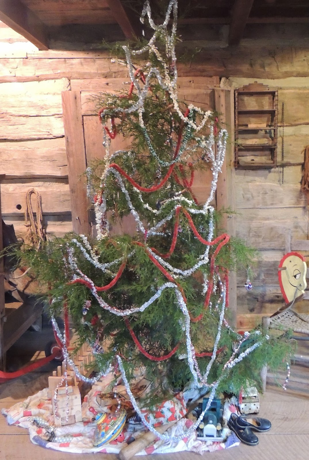 Hopalong hollow gazette early american christmas at the for American christmas decoration