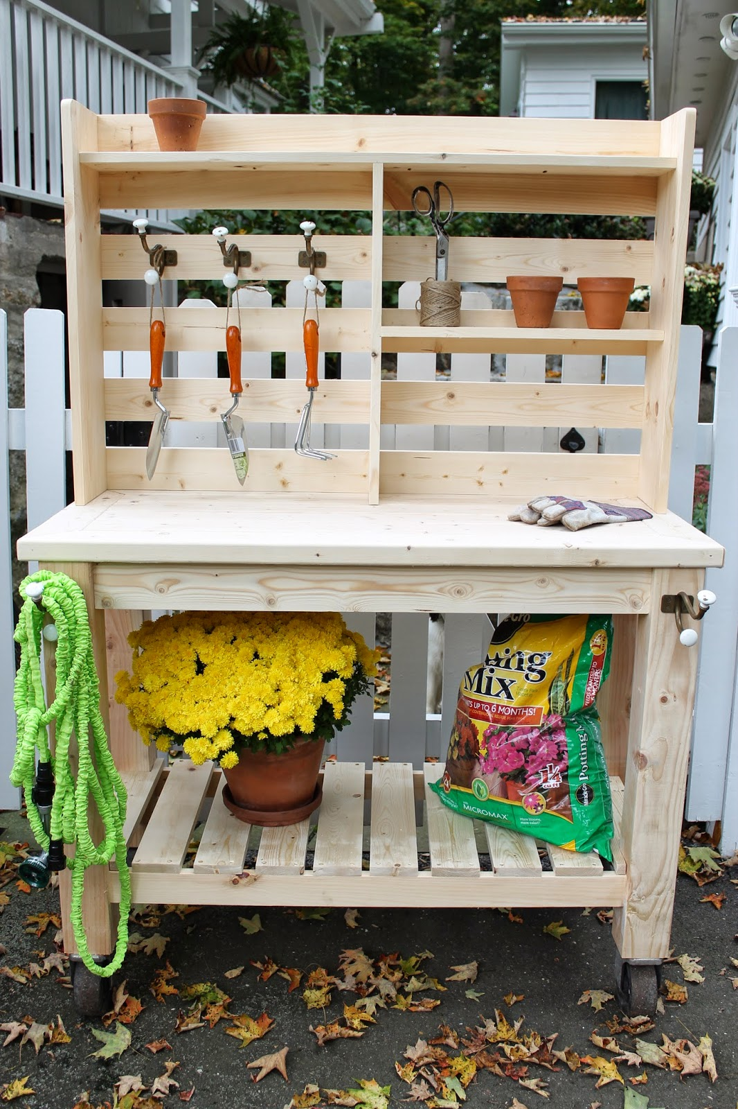 The picket fence projects ma look what i made for Garden potting bench designs