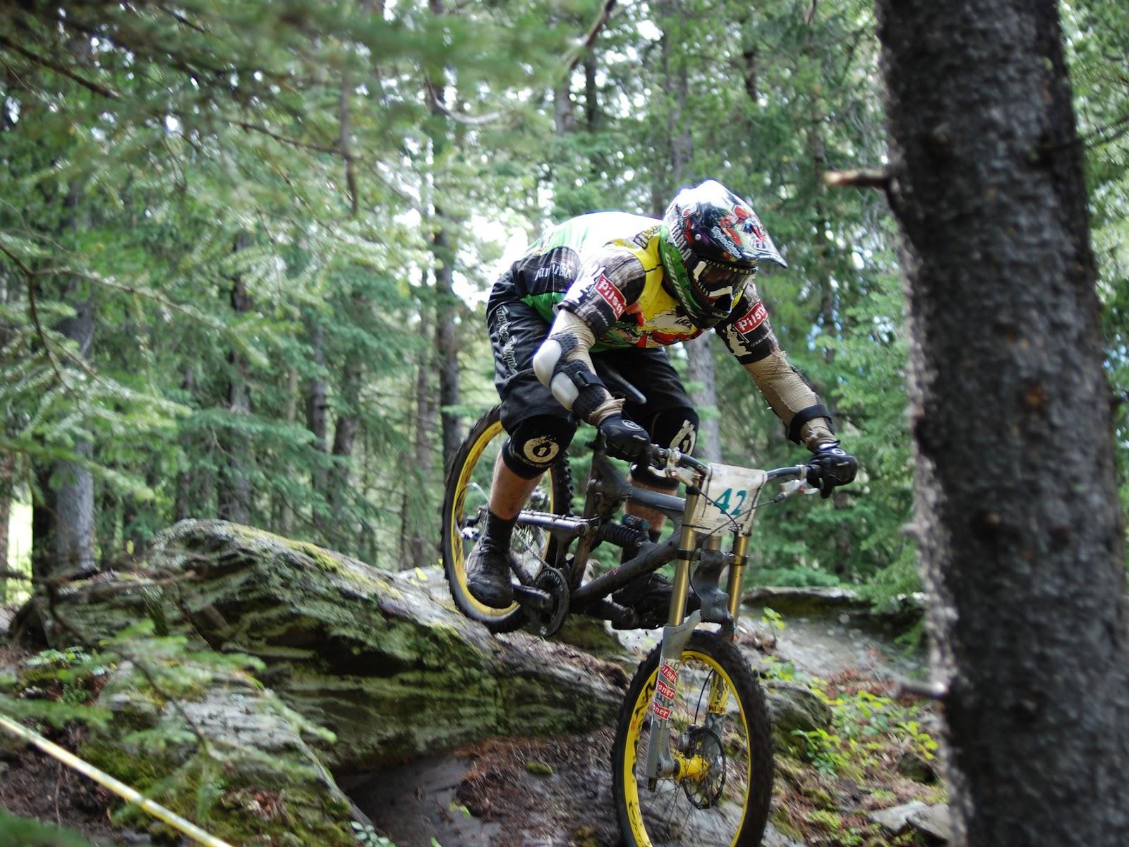 http://4.bp.blogspot.com/-Xun1Fux5spg/UBqM6PMXx6I/AAAAAAAABqU/9YIK9PdVcE8/s1600/Wallpaper_Mountain_bike.jpg