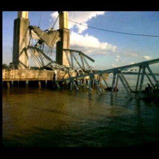 foto jembatan tenggarong kaltim runtuh