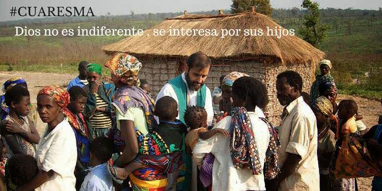 sacerdote_rodeado_gente_africana_con_la_naturaleza_de_fondo_y_una_choza