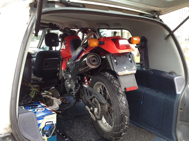 Die Honda SLR 650 im Kofferraum.