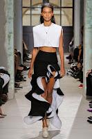 Дълга пола в черно-бяло с волани на Balenciaga