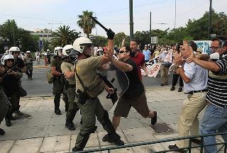ΜΑΤ χτυπούν αθώους πολίτες