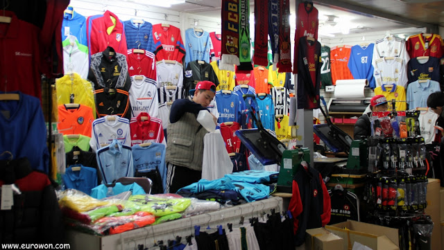 Venta de camisetas de fútbol en el mercado Dongdaemun de Seul